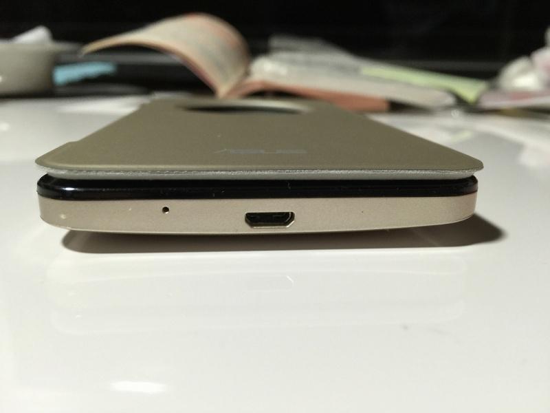 Zenfone5用フリップカバー 閉じた厚み